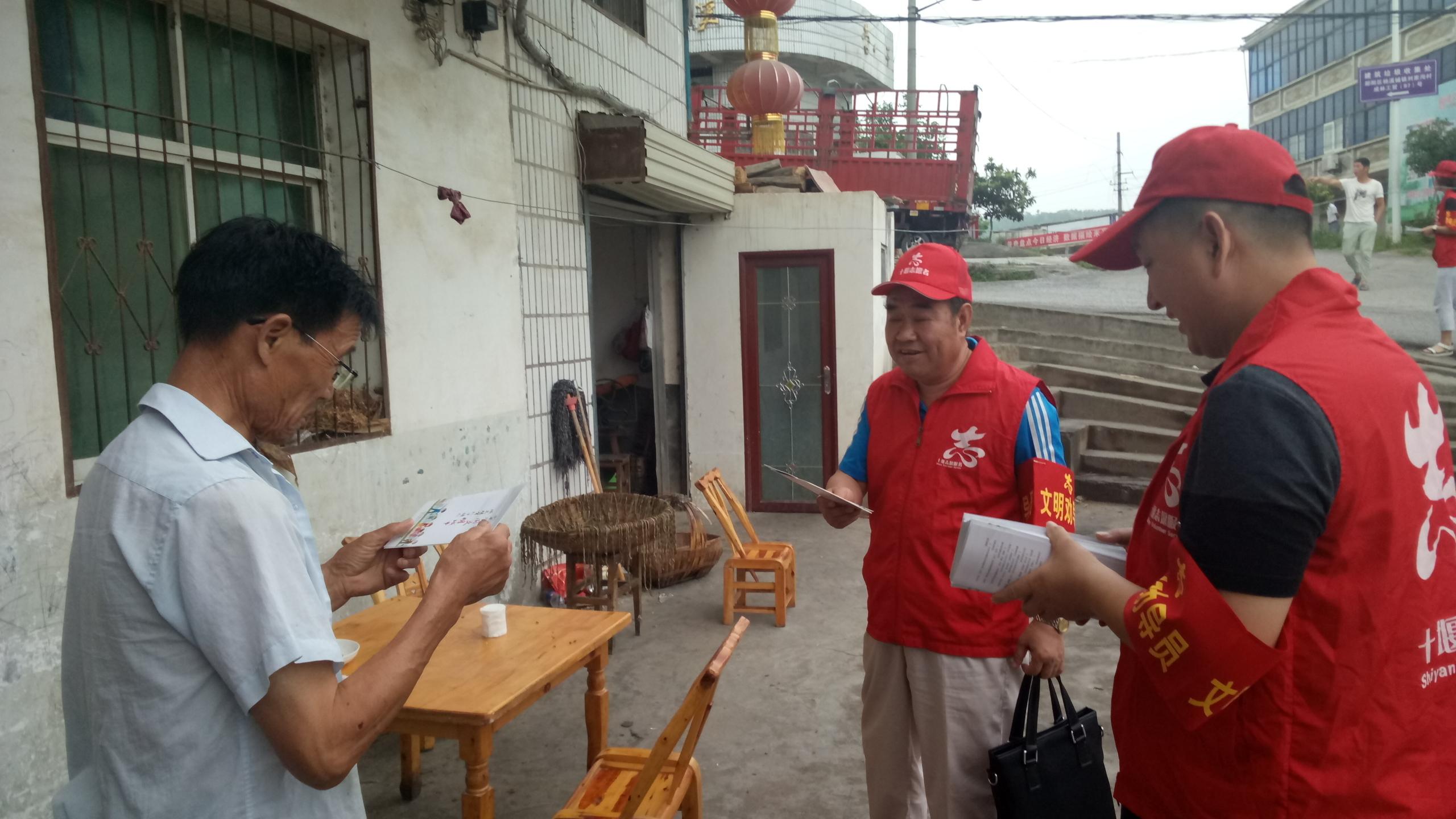 现场照片:市科协党组书记、主席刘立辉在刘家沟社区对当地群众开展创文宣讲.jpg